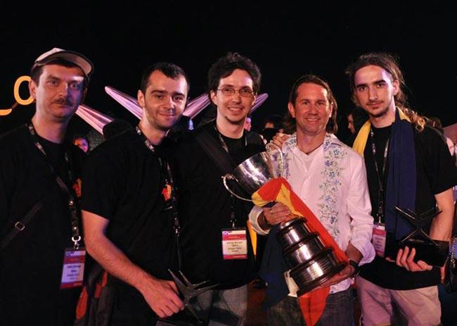 Sabin Buraga, Andreas Resios, Adrian Buzgar, Joe Wilson, Călin Juravle și trofeul Imagine Cup 2009