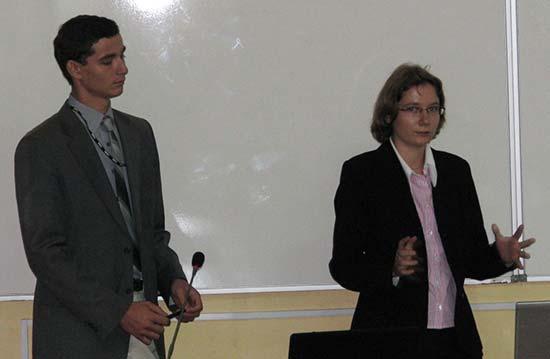Emilian și Raluca Necula prezentându-și lucrarea
