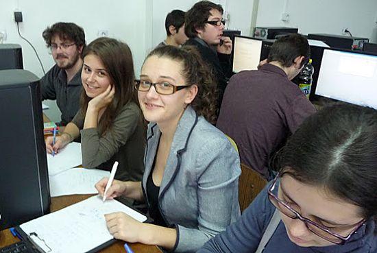 Echipa FII compusă din studenții Gîmbuţă Amalia-Raluca, Damian Lavinia-Mariana, Mocanu Maria-Cristina, Lakatos Istvan
